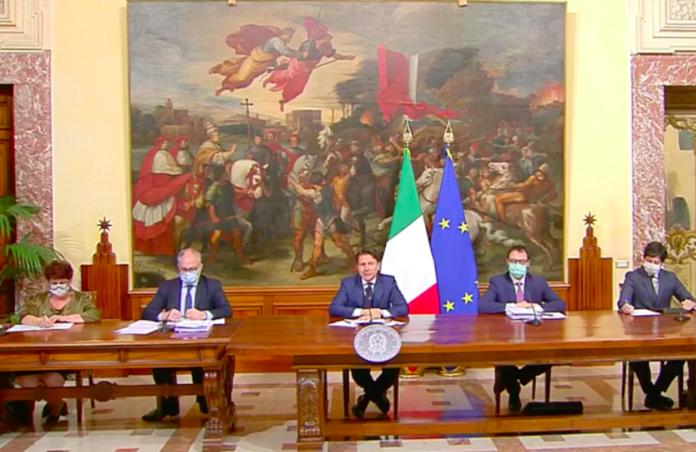 Giuseppe Conte con i ministri illustrano il decreto Rilancio