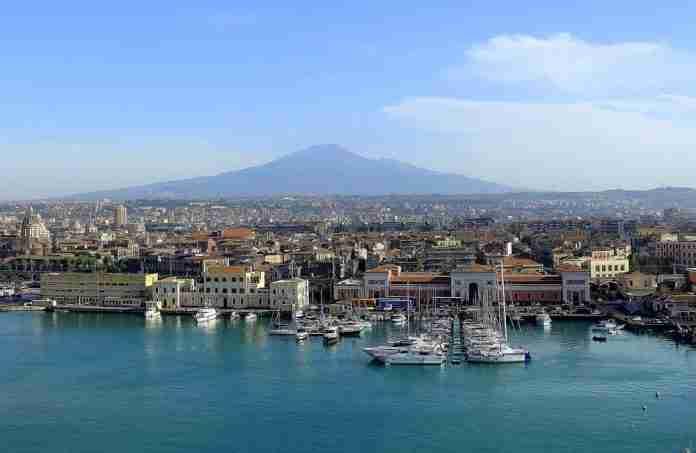 Panorama di Catania con l'Etna, vista dal porto
