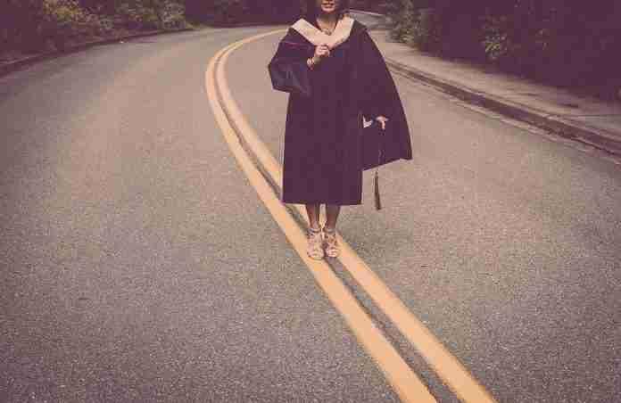 Una laureata in mezzo alla strada