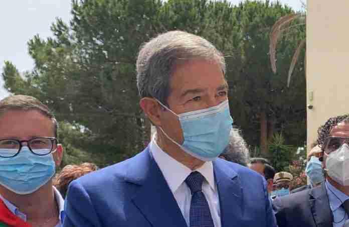 Il presidente della Regione nello Musumeci indossa una mascherina a Niscemi