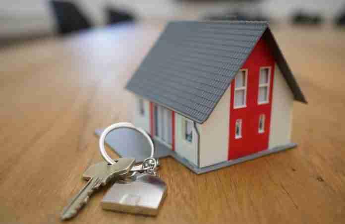 Un modellino di casa con chiavi