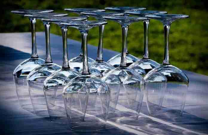 Vino, bicchieri vuoti