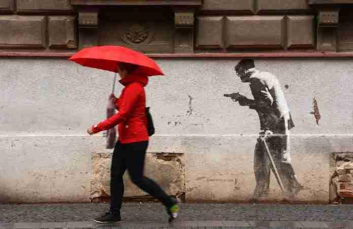 Un rapinatore dipinto su un muro