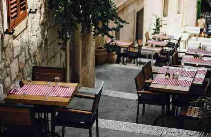 Un ristorante senza clienti