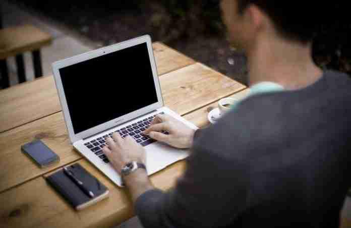 Giovane al computer
